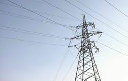 Torre ad alta tensione, linea di trasmissione nel fondo del cielo Fotografie Stock