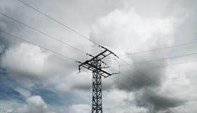 Torre ad alta tensione nel mezzo immagini stock