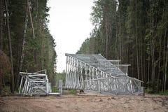 Torre ad alta tensione nella foresta Immagini Stock