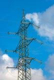 Torre ad alta tensione su cielo blu con le nuvole Fotografia Stock