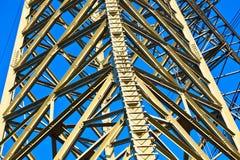 Torre ad alta tensione su un fondo Immagini Stock Libere da Diritti