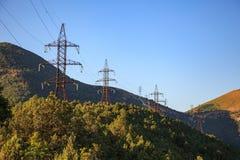 Torre ad alta tensione sulla montagna verde Fotografia Stock Libera da Diritti