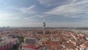 Torre aerea della televisione di vista di panorama del fuco a Praga, repubblica Ceca video d archivio