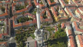 Torre aerea della televisione di vista di panorama del fuco a Praga, repubblica Ceca archivi video