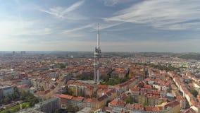 Torre aerea della televisione di vista di panorama del fuco a Praga, repubblica Ceca stock footage