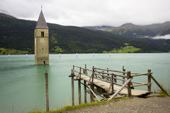 Torre affondata nel lago Resia Fotografia Stock
