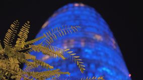Torre Agbar που φωτίζεται με το μπλε τη νύχτα φιλμ μικρού μήκους