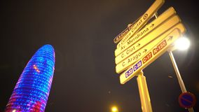 Torre Agbar που φωτίζεται τη νύχτα, ορόσημο της Βαρκελώνης, ονόματα οδών στα οδικά σημάδια φιλμ μικρού μήκους