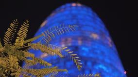 Torre Agbar met blauw bij nacht wordt verlicht die stock footage