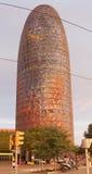 Torre Agbar przy zmierzchem z ludźmi chodzi beside Zdjęcie Royalty Free