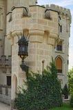 Torre agraciada, adornada con una linterna hermosa Castillo de Hluboka nad Vltavou, República Checa Fotos de archivo