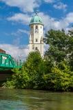 Torre agradable en un pequeño pueblo austríaco Fischamend en Austria foto de archivo