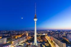 Torre Alexanderplatz dell'orizzonte TV di Berlino allo streptococco della città della Germania di notte Fotografia Stock