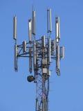 Torre all'aperto moderna di telecomunicazioni Immagine Stock