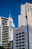 Torre alta bianca iconica circondata dalle costruzioni concrete di affari Immagini Stock Libere da Diritti