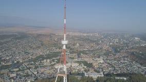 Torre alta da tevê no parque Mtatsminda na montanha vídeos de arquivo