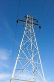Torre alta de la transmisión contra el cielo azul fotos de archivo