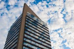 Torre alta del posto di lavoro con le finestre di vetro immagine stock
