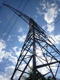 Torre alta della trasmissione sotto il cielo blu Fotografie Stock