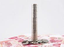 Torre alta delle monete con le banconote di yuan della porcellana Fotografia Stock Libera da Diritti