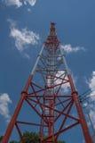Torre alta di telecomunicazione, bianco e rosso e cielo blu Immagine Stock