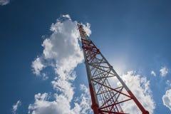 Torre alta di telecomunicazione, bianco e rosso e cielo blu Immagini Stock