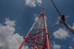 Torre alta di telecomunicazione, bianco e rosso e cielo blu Fotografia Stock Libera da Diritti