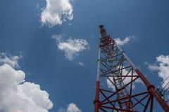 Torre alta di telecomunicazione, bianco e rosso e cielo blu Fotografie Stock