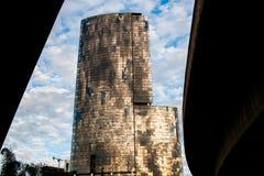 Torre alta di vetro dorata sorprendente Immagini Stock