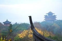 Torre antica cinese delle costruzioni Un pezzo del tetto nella priorità alta Fotografia Stock Libera da Diritti