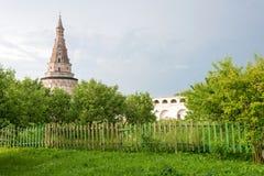 Torre antica del monastero di Joseph-Volokolamsk, regione di Mosca Immagini Stock