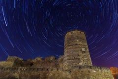 Torre antica negli startrails del fondo Fotografia Stock