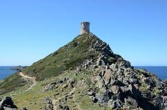 Torre antiga litoral em pouca montagem Foto de Stock Royalty Free