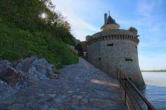 Torre antigua de la defensa Abadía del Saint Michel de Mont Paisaje de la mañana de la primavera Normandía, Francia, Europa Foto de archivo