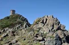 Torre antigua en el promontorio rocoso Imagen de archivo libre de regalías