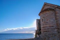 Torre antigua por el mar Imagen de archivo libre de regalías