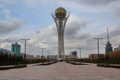 Torre Astaná de Bayterek - vea el fron el norte imágenes de archivo libres de regalías