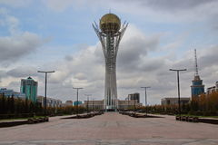 Torre Astana de Bayterek - veja o fron o norte imagens de stock royalty free