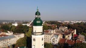 Torre ayuntamiento de la ciudad de Drohobych con la bandera de Ucrania Cacerola lisa alrededor de la torre, paisaje urbano almacen de metraje de vídeo