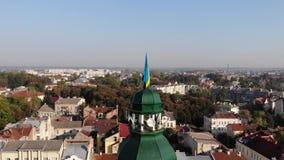 Torre ayuntamiento de la ciudad de Drohobych con la bandera de Ucrania Grúa tirada, paisaje urbano almacen de video