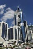 Torre azul del rascacielos en Dubai, UAE Imagenes de archivo