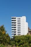Torre bianca del condominio con i girasoli in priorità alta Fotografia Stock Libera da Diritti