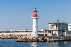 Torre bianca del faro con l'agrostide bianco, Burgas fotografia stock libera da diritti