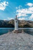Torre bianca del faro sull'isola in baia di Cattaro Immagini Stock