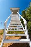 Torre bianca dell'allerta ad una spiaggia Immagini Stock
