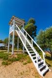 Torre bianca dell'allerta ad una spiaggia Immagini Stock Libere da Diritti