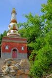 Torre blanca bajo el cielo azul Imágenes de archivo libres de regalías