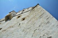 Torre blanca después de las paredes de Brasov Foto de archivo