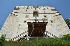 Torre blanca después de las paredes de Brasov Fotos de archivo