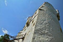 Torre blanca después de las paredes de Brasov Foto de archivo libre de regalías